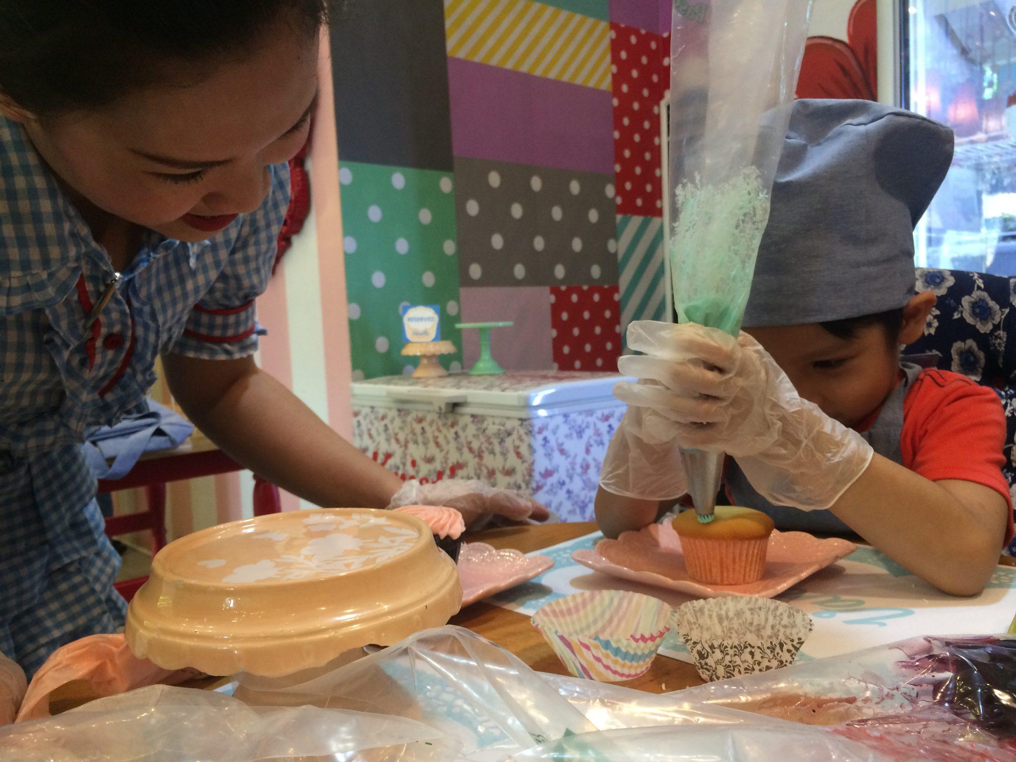 cupcake-decorating-kid